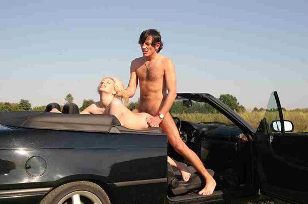 Arschfick mit Blondine im Auto